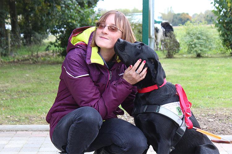 Marie et son chien guide Juno