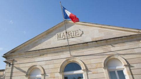 Photo d'une Mairie avec un drapeau français