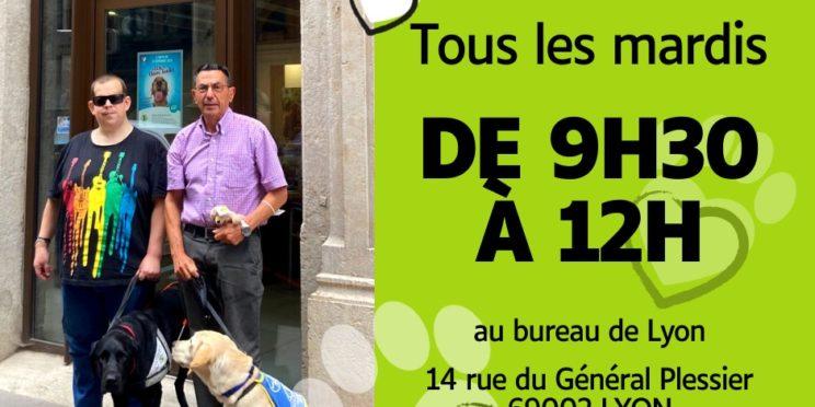 En haut à gauche apparaît notre logo, puis dessous 2 messieurs (Lucien et Virgile) tenant chacun un chien. Sur la partie droite de l'image est écrit en noir sur fond vert avec des pictogrammes coeurs et pattes autour du texte suivant. Virgile, Oréo, Lucien et Saga vous accueillent tous les mardis de 9h30 à 12h00 au bureau de Lyon 14 rue Général Plessier 69002 LYON