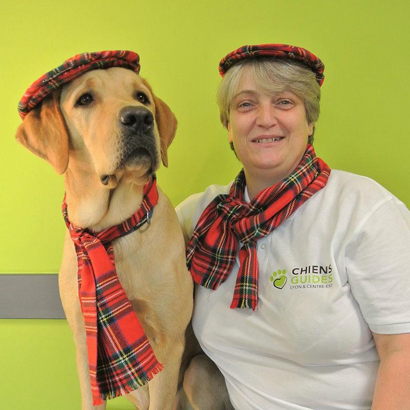 Caroline et praline sont à la mode écossaise avec leur béret et écharpe.