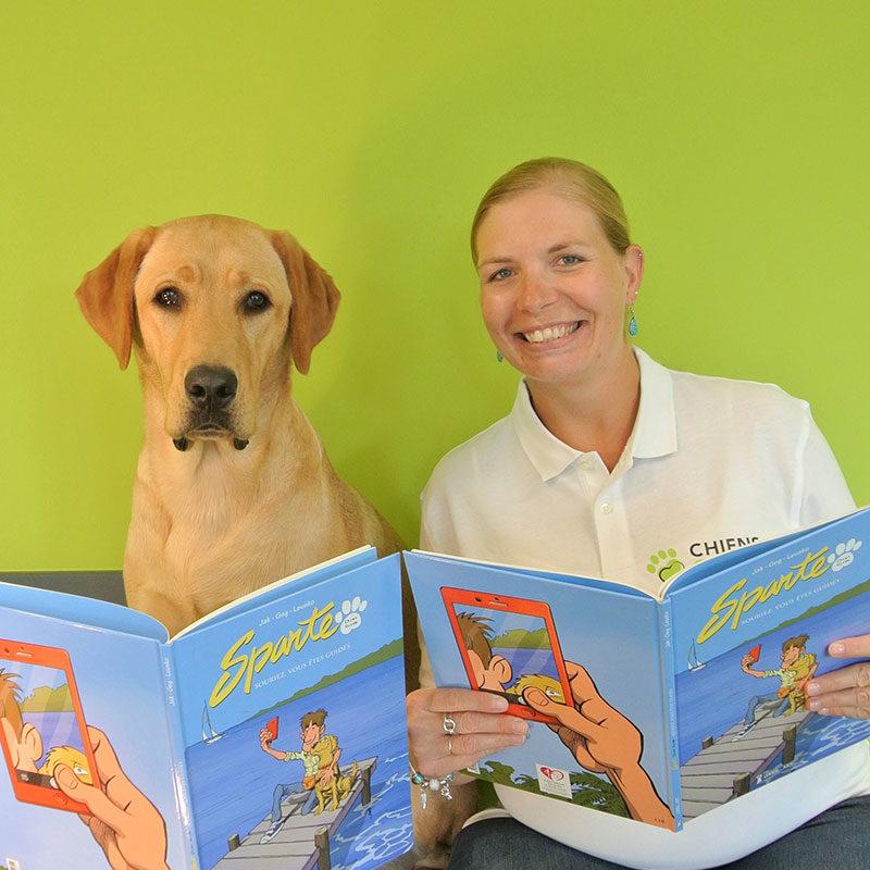 Cécile et Obiwan sont en pleine lecture de la bande dessinée des chiens guides Sparte.