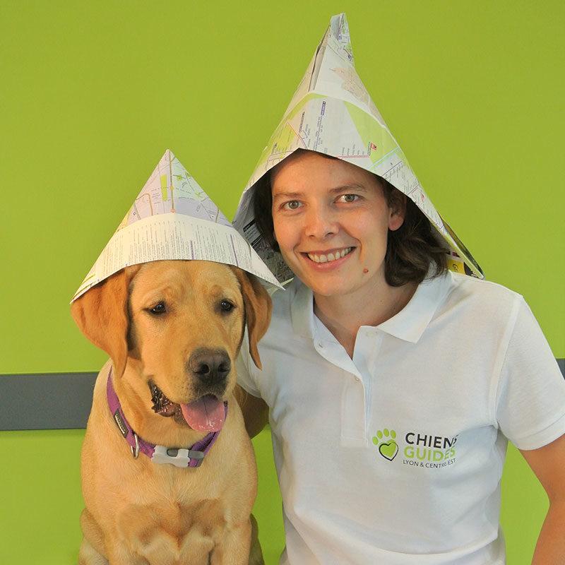 Julie et Pépite ont en guise de chapeau des cartes routières.